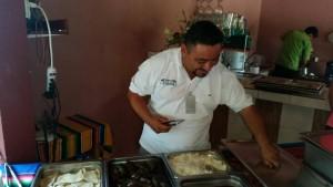 Nuestro guía preparándonos una comida típica Mexicana