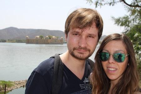 Judit y Dani en el Palacio del Agua de Jaipur