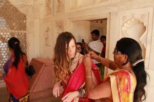 Agra ciudad India gente ayudando a Judit