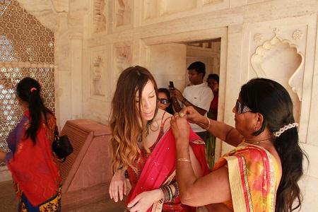 Agra: turistas ayudando a Judit con Sari