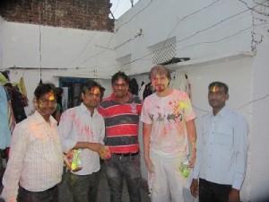 Celebrando Fiesta Holi con familia India