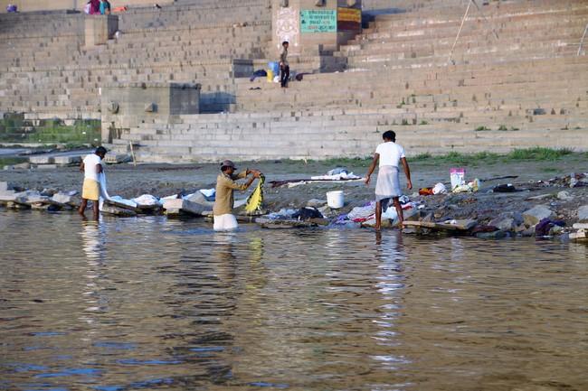 Varanasi, lavando ropa en el Ganges