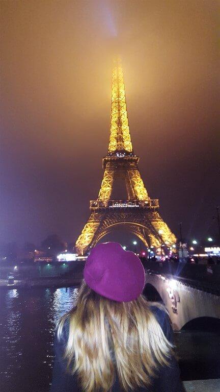 judit contemplando torre eiffel de noche