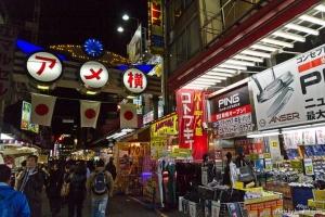 Calle comercial Ameyoko en Tokyo