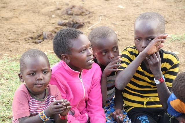 Tribu masai niños en la entrada