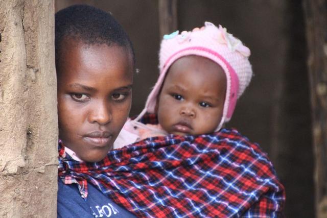 Tribu masai madre y su hijo
