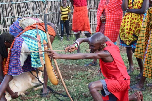 Tribu masai disparando flecha
