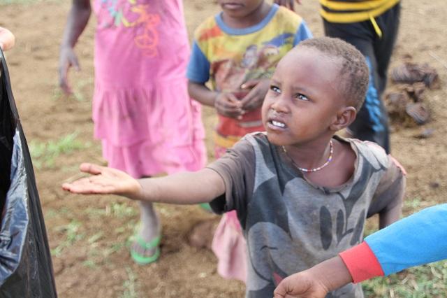Tribu masai niños pidiendo comida o caramelos