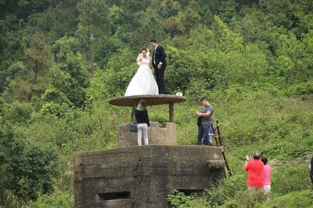 Novios en sesión de fotos en Hai Van Pass