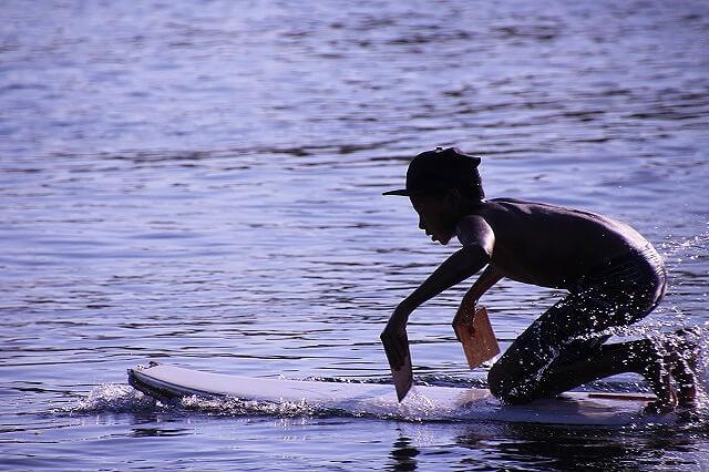 Niño jugando en el Nilo