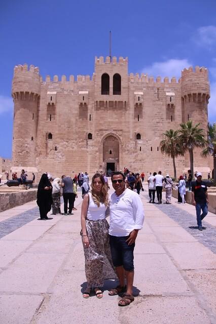 Con nuestro guía en la fortaleza de Alejandria