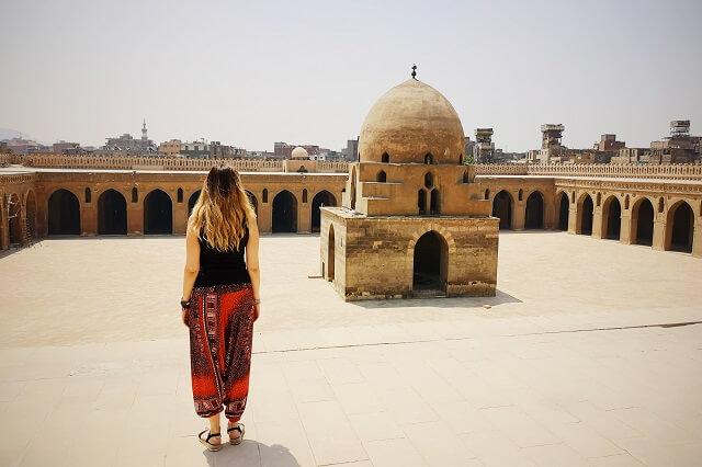Impresionante patio de la, Mezquita Ibn Tulum en Egipto