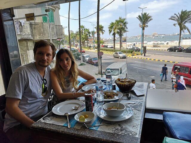 Comer en Alejandria con vistas al mar