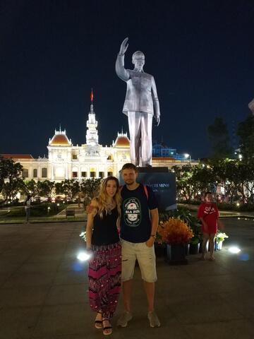 Ayuntamiento con estatua de Ho Chi Minh de noche
