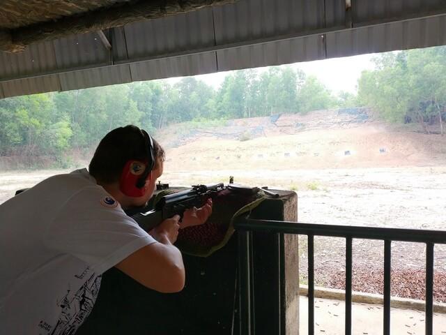 Dani disparando AK47 tuneles de Cuchi