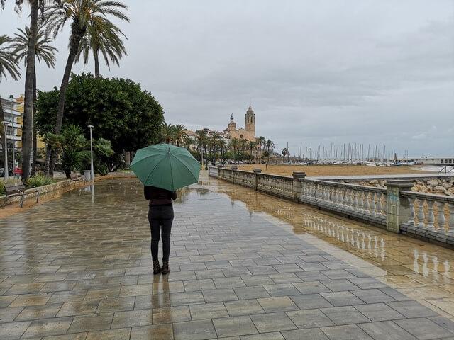 Paseo maritimo de Sitges lloviendo