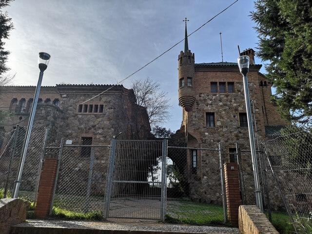 La Escuela y casa del maestro de la Colonia Guell
