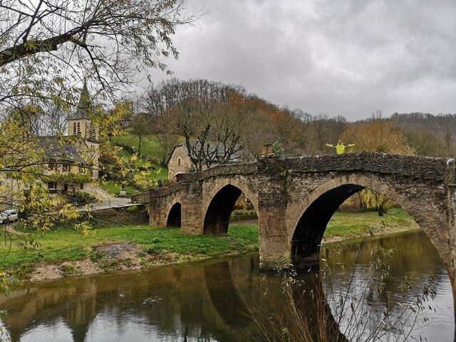 Puente de piedra medieval Belcastel