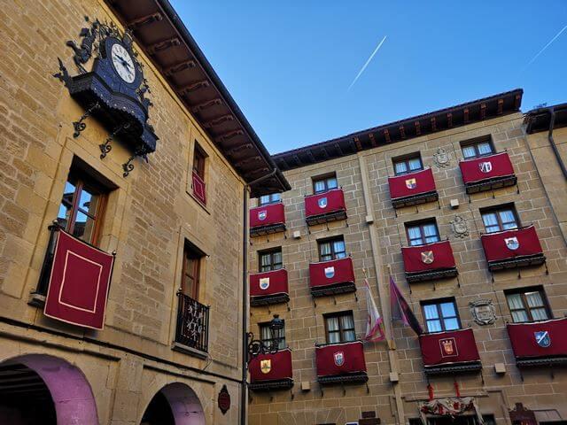 Laguardia plaza mayor y reloj