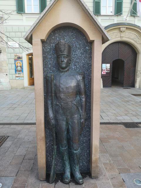 Estatua soldado en su garita bratislava