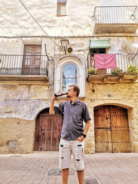 Tomando una cerveza en el casco antiguo de Arnes