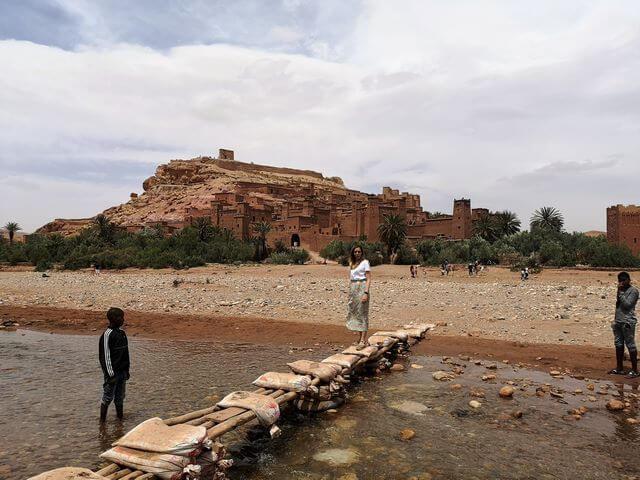 Ksar Ait Ben Haddou cruce rio sacos de tierra