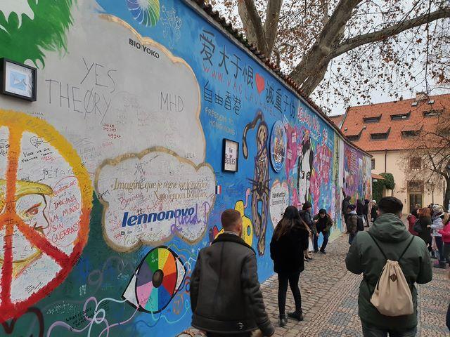 Muro de John Lennon, un lugar siempre lleno de turistas en Praga