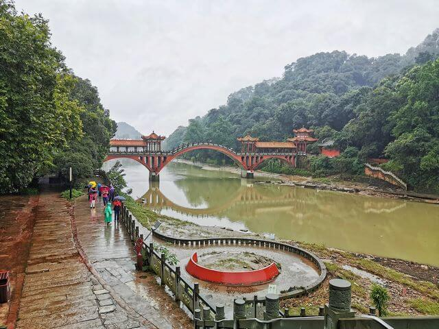 Puente rojizo Leshan Buda Scenic Area