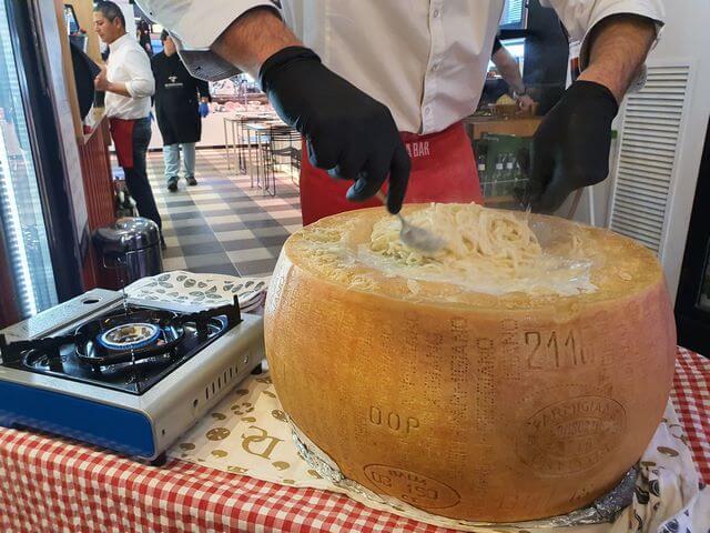 Espaguetis preparados en un queso