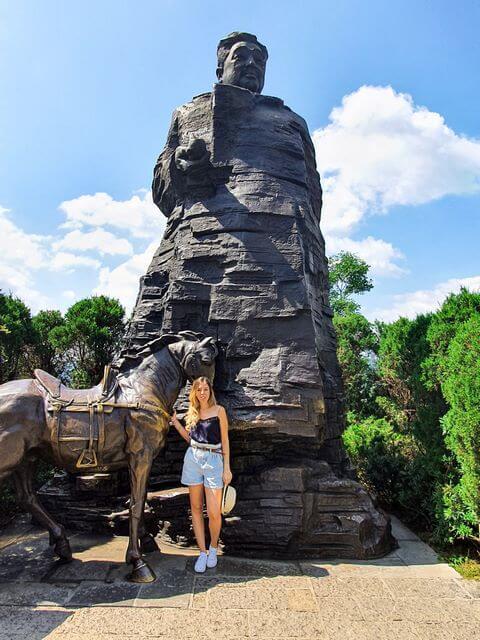 Estatua del Marshall Helong en Tianzi Mountain