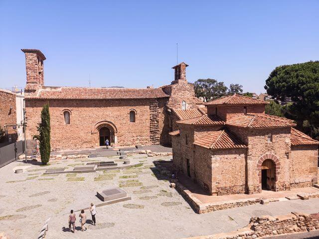 Iglesias de San Miquel y Sant Pere al fondo