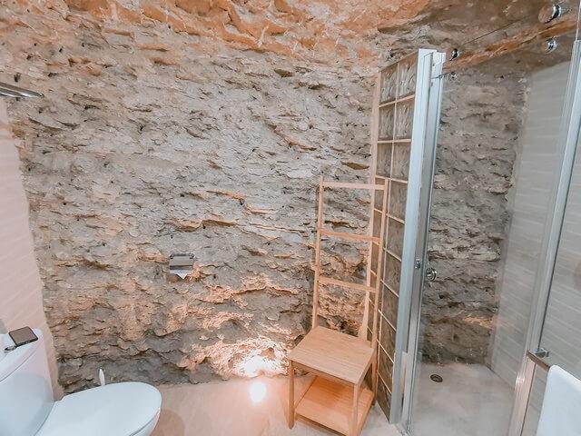 Baño Casa Cueva Arrabal con las paredes de roca