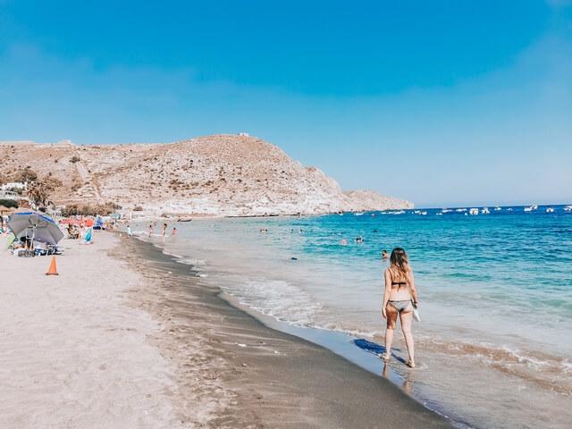 Playa urbana Agua Amarga