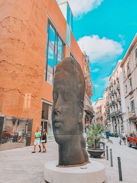Estatua Jaume Plensa frente al Palau de la Música Orfeó Català