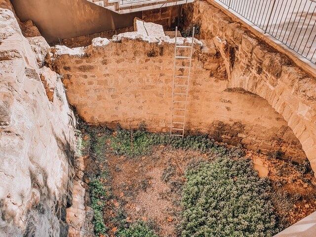 Restos del fosado y de la muralla medieval
