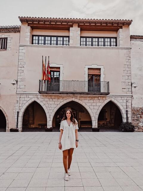 Plaza gran Peralada ayuntamiento