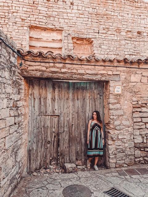 Judit en el casco antiguo de Montfalcó Murallat